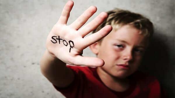 Tâm lý con trai tuổi 13 - Ngại các hành động thân mật với ba mẹ
