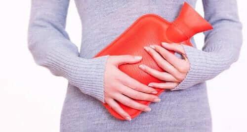 Tâm lý con gái ngày đèn đỏ - Dùng đá chườm bụng để giảm đau và thoải mái hơn